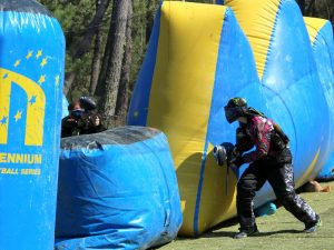 duel au centre du terrain paintball sportif
