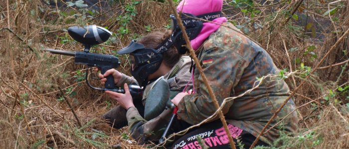 youg poing lady playing paintball